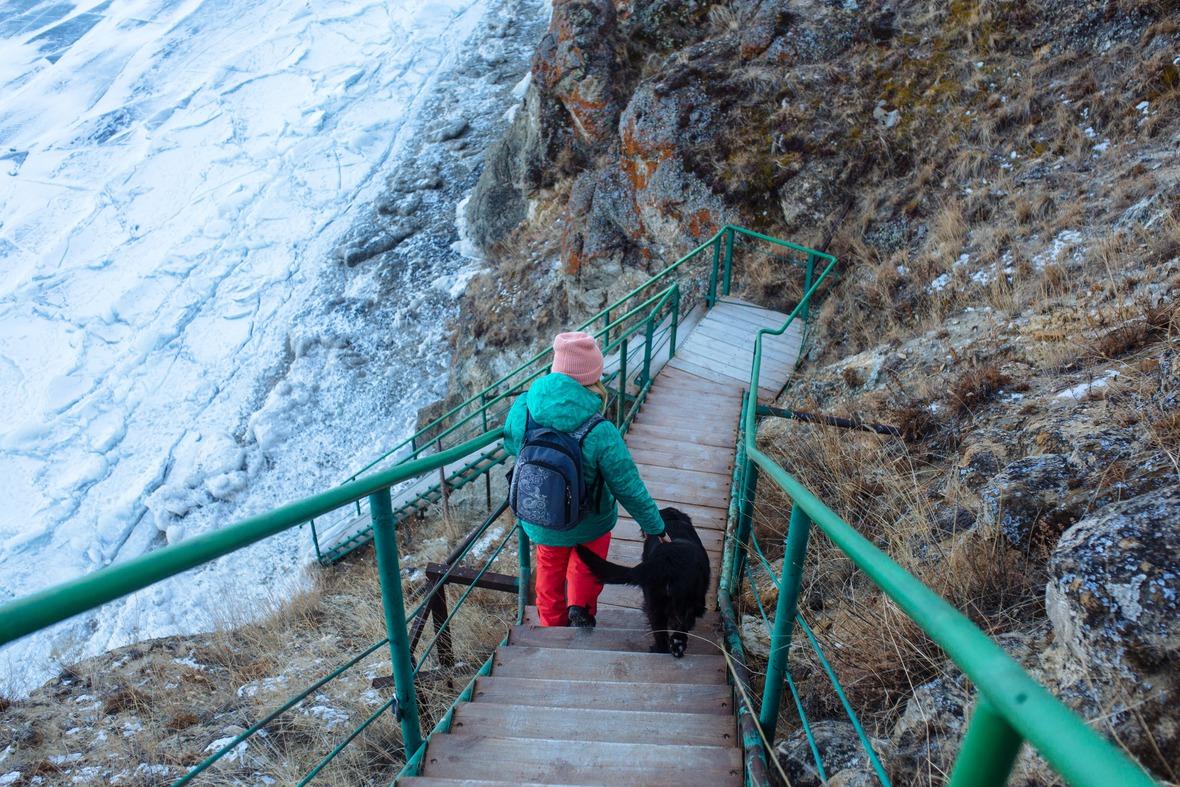 Чтобы попасть на берег нужно спуститься по крутой лестнице