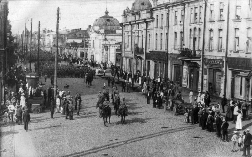Чешско-словацкие войска на улице Карла Маркса. Фото wikipedia.org