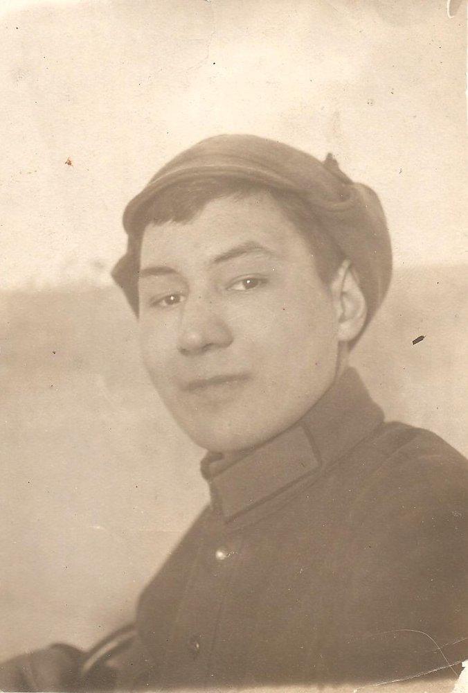 Надпись с обратной стороны фото: «На память дорогим родителям и сёстрам от их сына и брата А.С. Добролюбова. Снимок сделан 23 февраля 1932 г. НА СЛАВНУЮ ДОЛГУЮ ПАМЯТЬ»