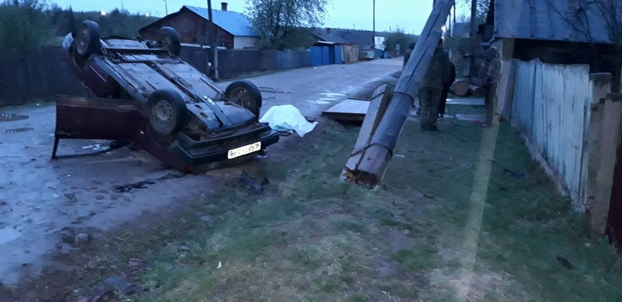 Водитель автомобиля ВАЗ-21099 на высокой скорости врезался в деревянный столб и перевернулся