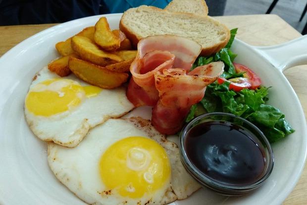 Абсолютно обычный завтрак, который можно приготовить дома на скорую руку.