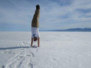 Отдых вверх ногами на середине тренировочной дистанции по льду Байкала