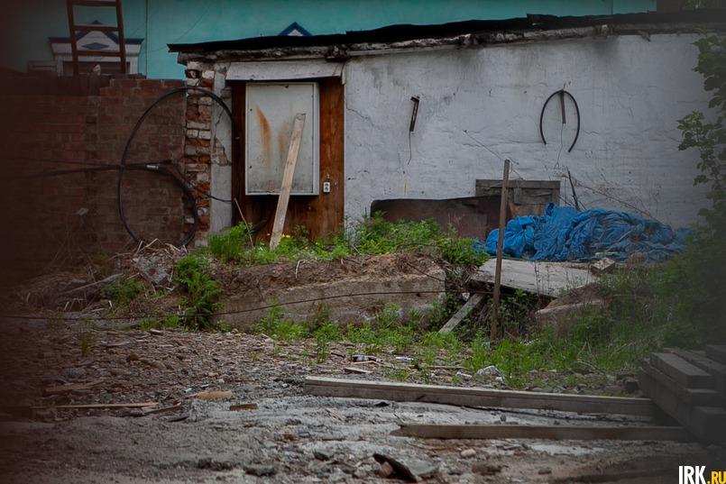 На стройплощадке много строительного мусора