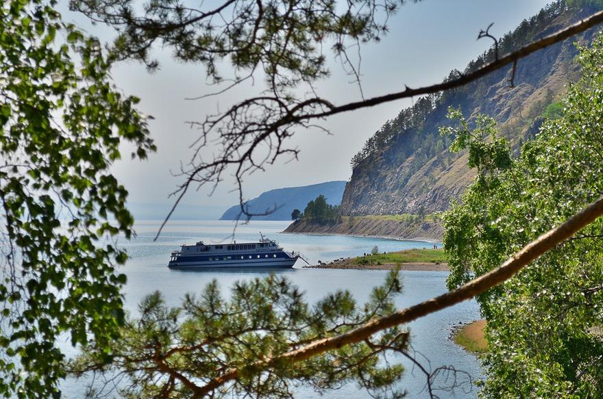 Теплоход на экскурсии вдоль КБЖД. Автор фото - Илья Татарников