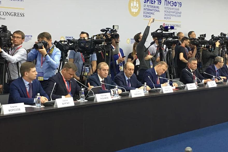 Сергей Левченко на ПМЭФ-2019. Фото из аккаунта губернатора в «Фейсбуке»