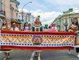 Представители национально-культурных организаций в национальных костюмах представили «Пояса дружбы», украшенные уникальными национальными узорами и орнаментами.