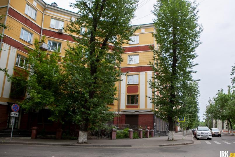 Три года назад на перекрестке улиц Ярослава Гашека и 5-й Армии обрезали деревья, но теперь они уже выглядят симпатично
