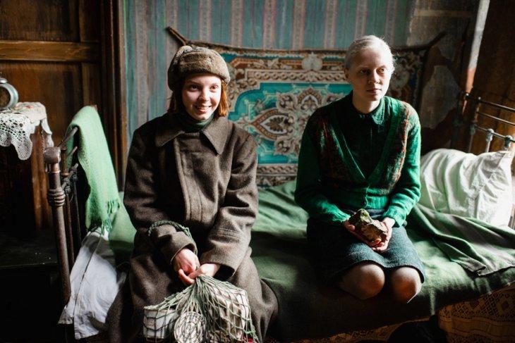 Василиса Перелыгина (Маша) и Виктория Мирошниченко (Ия). Фото с сайта Kinopoisk.ru