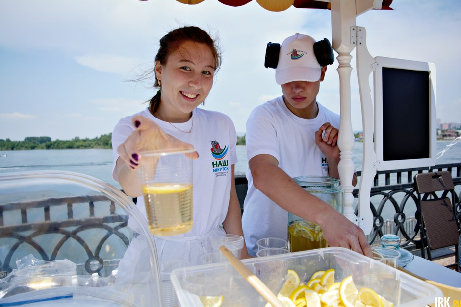 Празднование проходило на Нижней Набережной. За репост в Instagram прохожих угощали освежающим лимонадом.