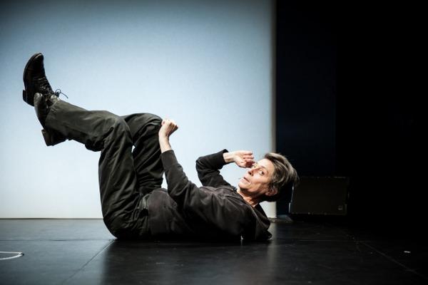 Сцена из спектакля «Всю жизнь я делал то, что делать не умел» Театра дю Нор (Франция)