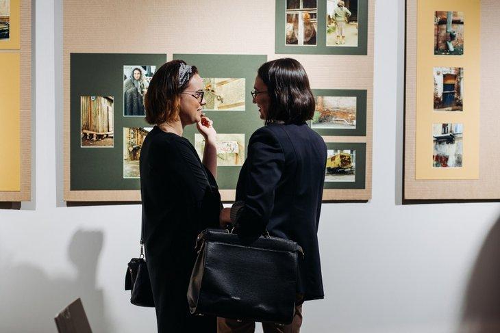 Посетители выставки Виктора Штрассера в Галерее Виктора Бронштейна