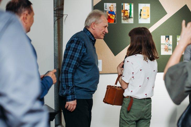 Виктор Штрассер на открытии своей выставки в Галерее Виктора Бронштейна