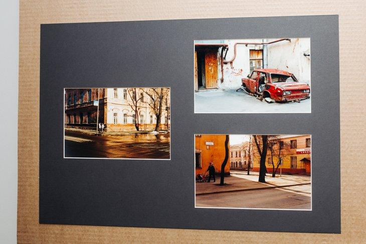 Стенд фотовыставки Виктора Штрассера в Галерее Виктора Бронштейна