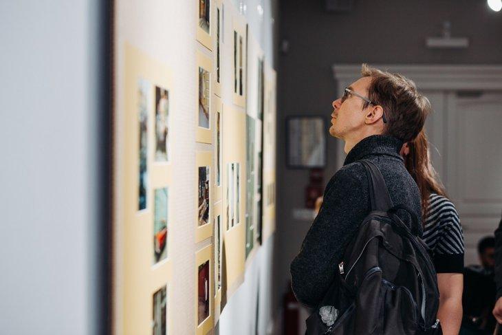 Иркутский фотограф Антон Климов на открытии выставки Виктора Штрассера