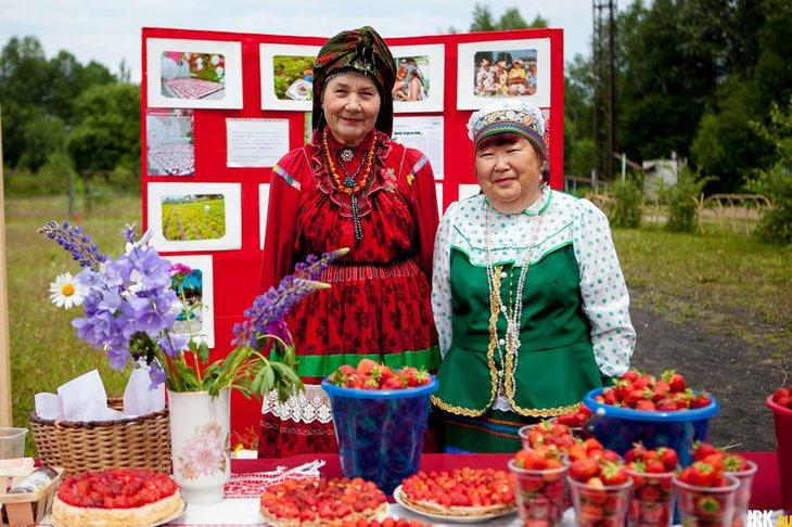 Продавцы на фестивале клубники. Автор фото — Анастасия Влади