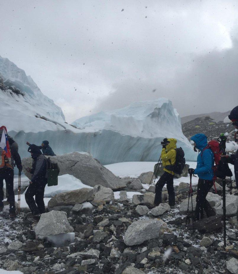 Группа проходит по одному из самых больших ледников в мире — «Кхумбу». На пути к базовому лагерю Эвереста