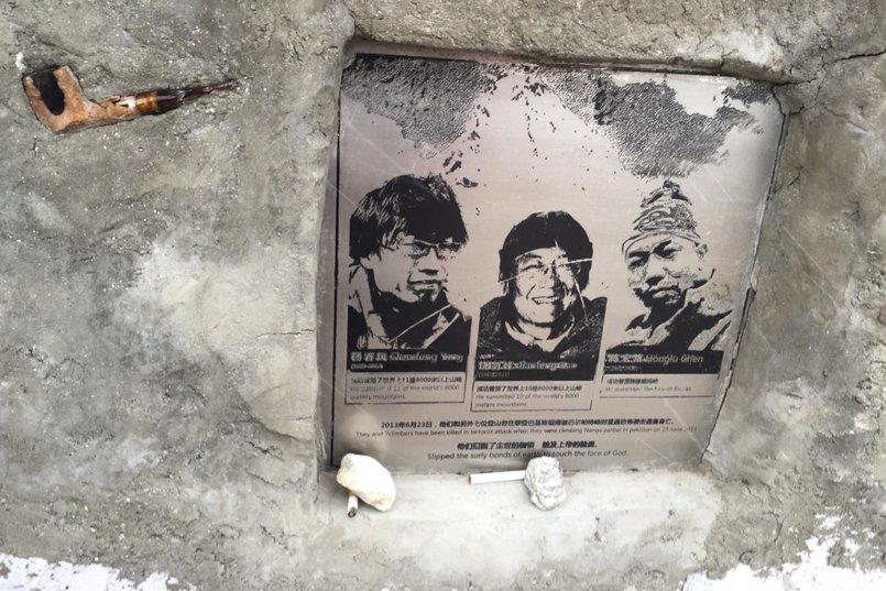 Мемориал погибшим китайским альпинистам в Пакистане во время нападения террористов на базовый лагерь Нанга-Парбат на 4200 метрах в 2013 году