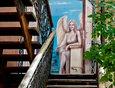 Старательно созданная девушка-ангел на стене по адресу: ул. Сухэ-Батора, 12.