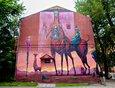 Иркутский художник Степан Шоболов не смог смириться с тусклой глухой стеной здания консультативого приёма  по паразитологии (ул. Горького, 24). Теперь она пурпурно-розовая.