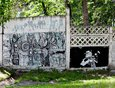 На длинном бетонном заборе  (территория бывшего ИВВАИУ) граффити обновляют достаточно часто.