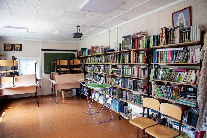 Во время учебного года здесь проходят занятия для детей и взрослых.