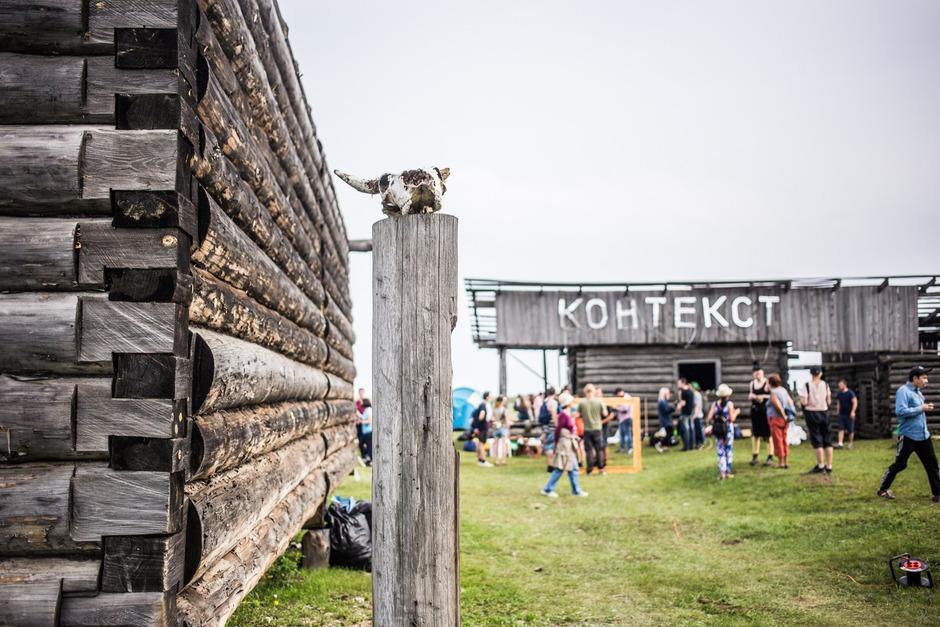 Художники из Берлина, Минска, Санкт-Петербурга, Москвы и Иркутска приехали на Байкал, чтобы познакомиться с местным контекстом, выстроить собственную художественную практику во взаимодействии со средой, а также провести мастер-классы для жителей.