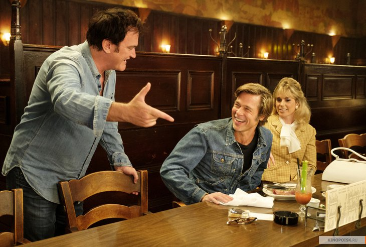 Квентин Тарантино с актерами на съемочной площадке