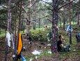 На фестивале провели перформативное траурное шествие, в ходе которого лес у Большого Голоустного был украшен мусором.