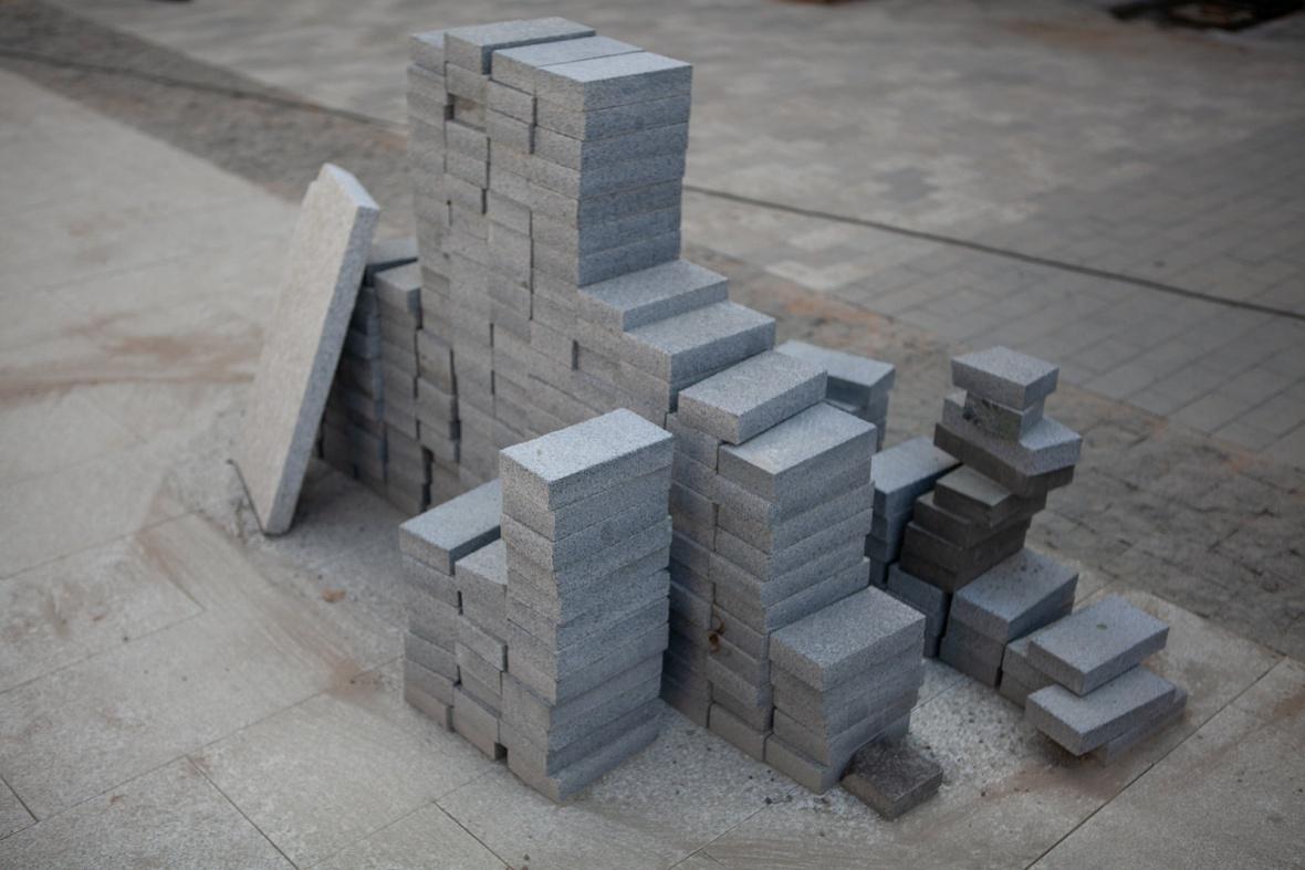 Между плитками оставляют зазоры 2-3 миллиметра и заполняют их цементно-песчаной смесью