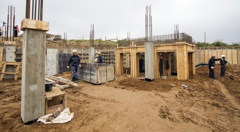 Проект включает бассейн, музыкальный и спортивные залы. В настоящее время ведутся работы по созданию фундамента здания.
