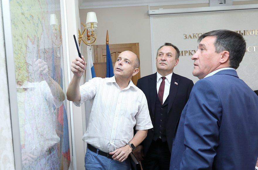 Сергей Сокол и Николай Труфанов обсуждают ситуацию с лесными пожарами с мэром Катангского района Сергеем Чонским