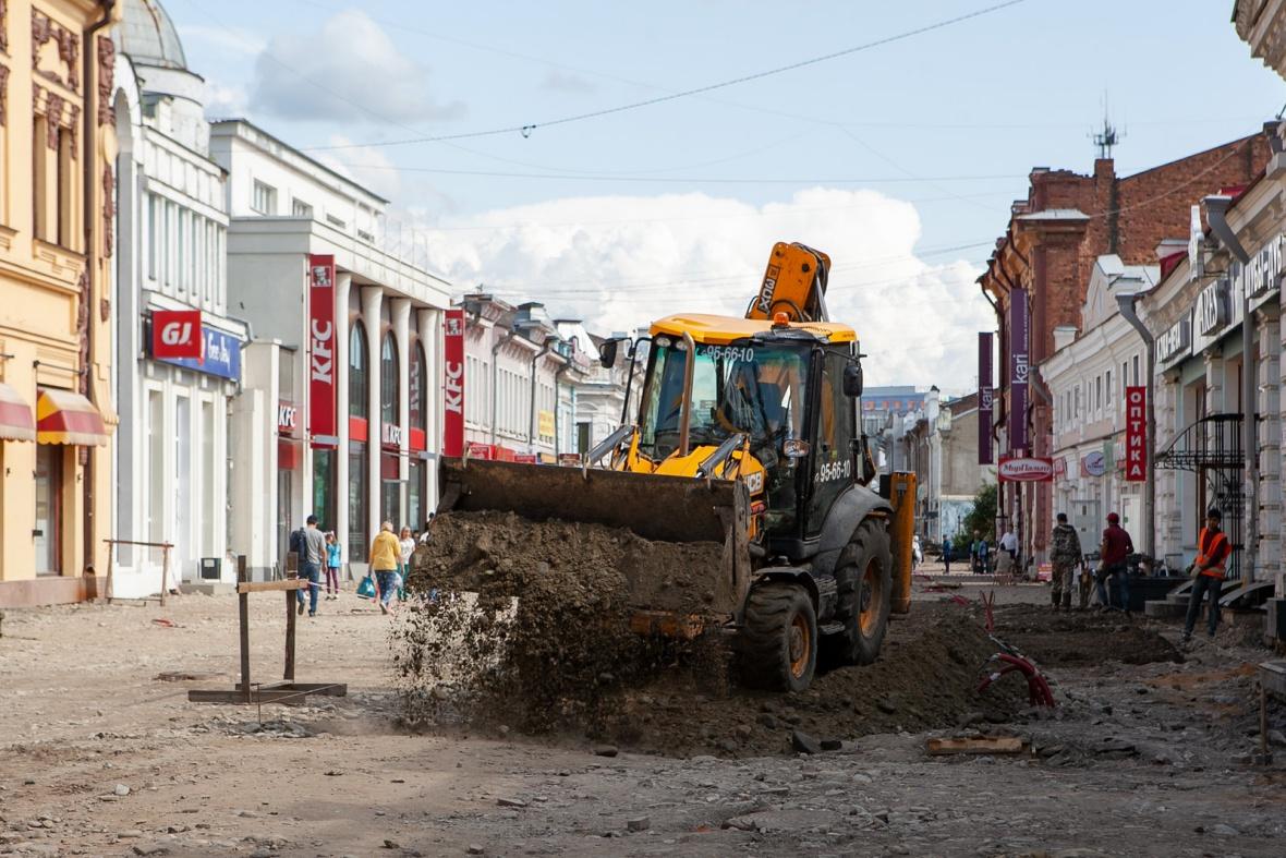 На время ремонта оживленную улицу не стали полностью перекрывать