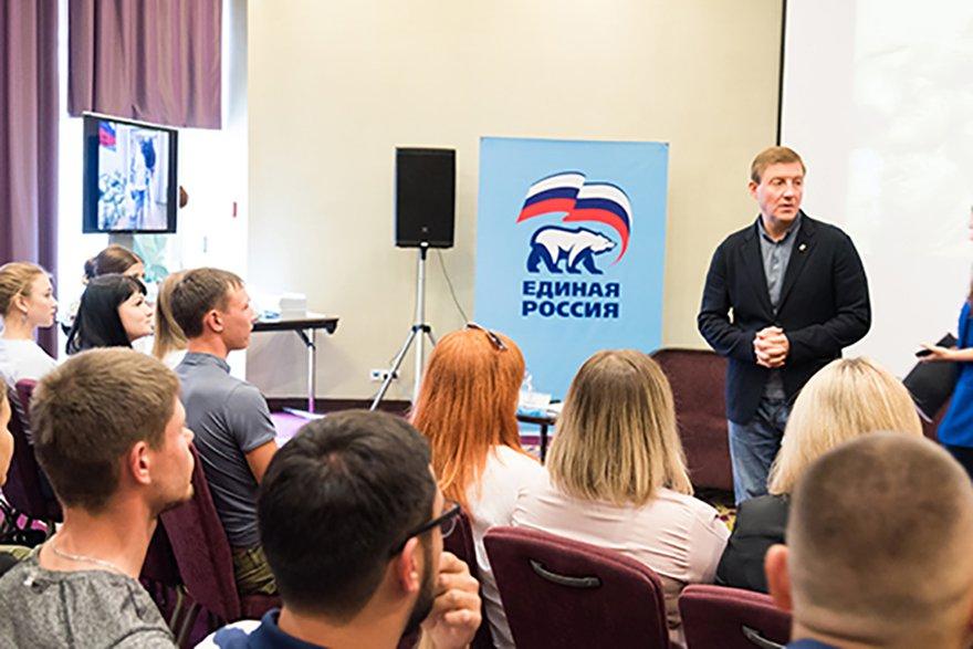 Андрей Турчак на встрече с волонтерами в Иркутске. Фото ER.RU.
