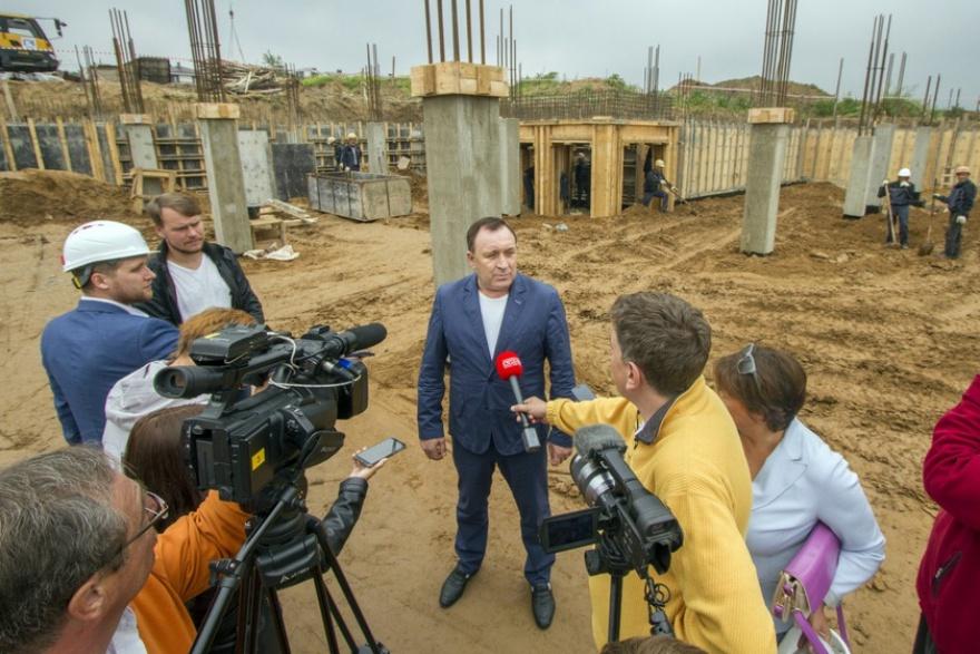 Леонид Фролов на стройплощадке детсада в «Хрустальном парке»
