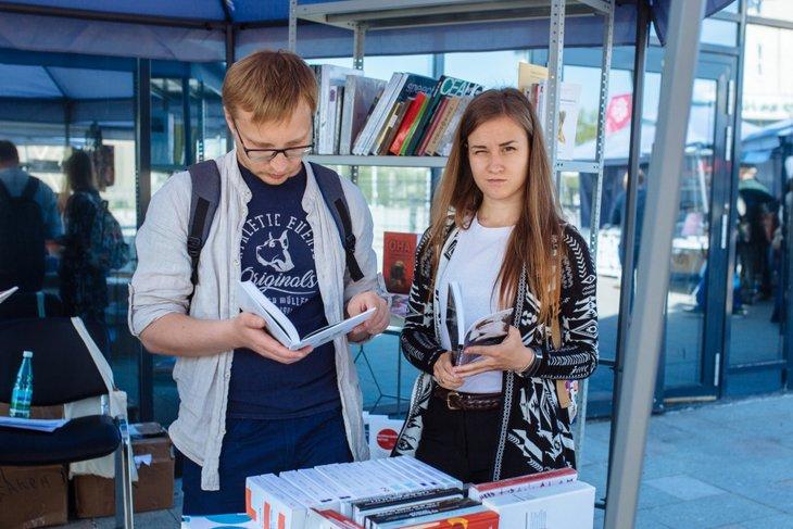 На книжном фестивале. Автор фото — Никита Пятков