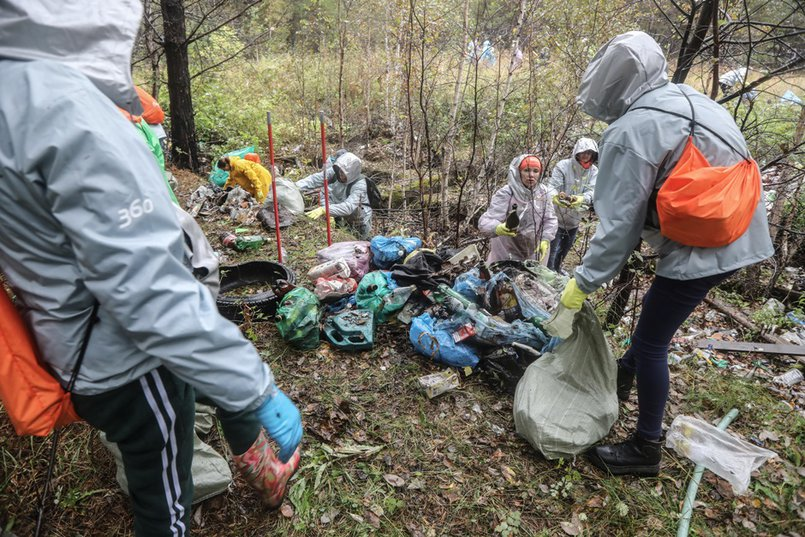 Самой большой группе дали задание разгребать мусорную яму