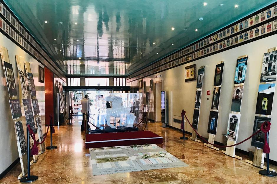 Выставка работает до 15 октября в Palazzo Ferro Fini (палаццо Совета региона Венето).