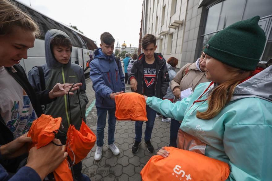 Перед отъездом участникам раздали анораки, баффы и рюкзаки.