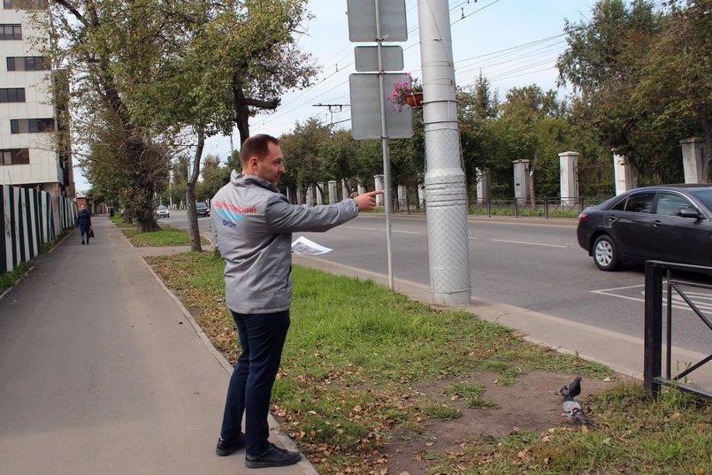 Илья Яковенко показывает, где необходимо установить ограждение