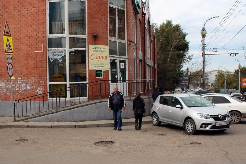 Водители паркуют машины, нарушая ПДД, и закрывают обзор