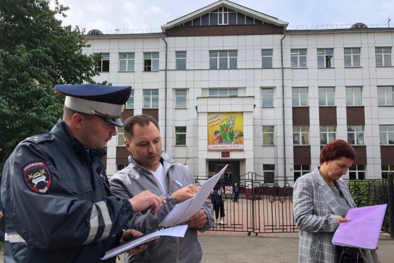 Евгений Селезнёв, Илья Яковенко и представитель департамента образования. Фото onf.ru