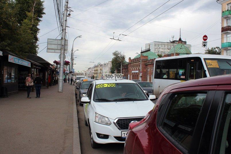 Улица Ленина, на которой стоит школа, очень оживленная