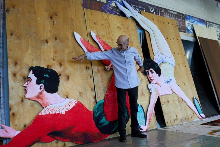 Гали Абайдулов с декорациями спектакля «Принцесса цирка»