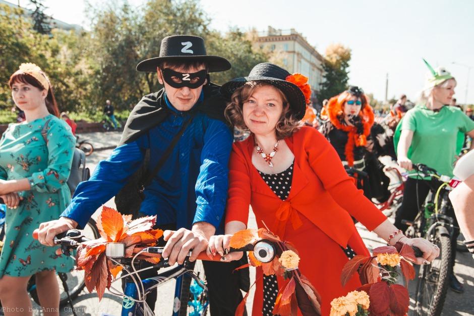 На конкурс «Велодефиле» подали заявки 27 человек, наряженных в различнные костюмы, на украшенных велосипедах.
