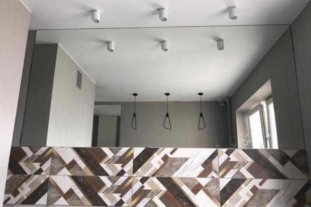 Для расширения пространства хозяйка кухни отказалась от верхних шкафов и установила большое зеркало