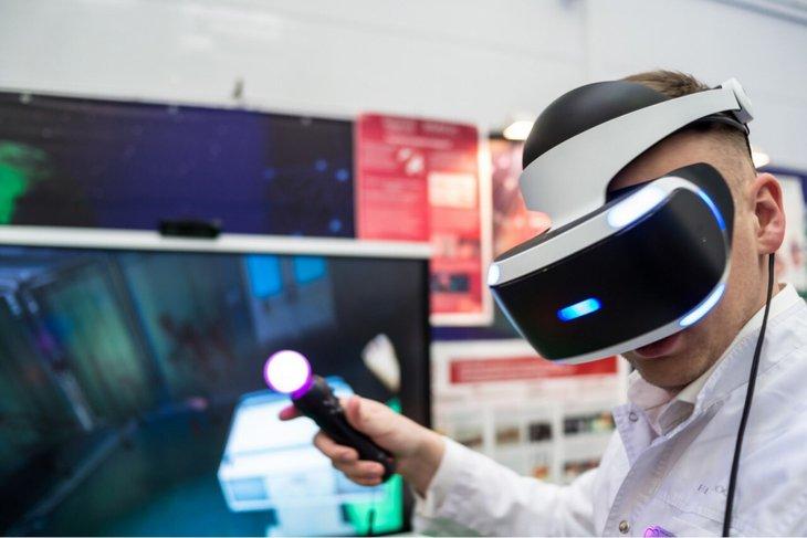 Демонстрация шлема виртуальной реальности. Фото с сайта vk.com/rusal_festival