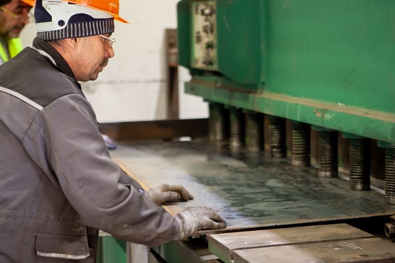 Металлические листы нарезают на специальном станке – гильотине