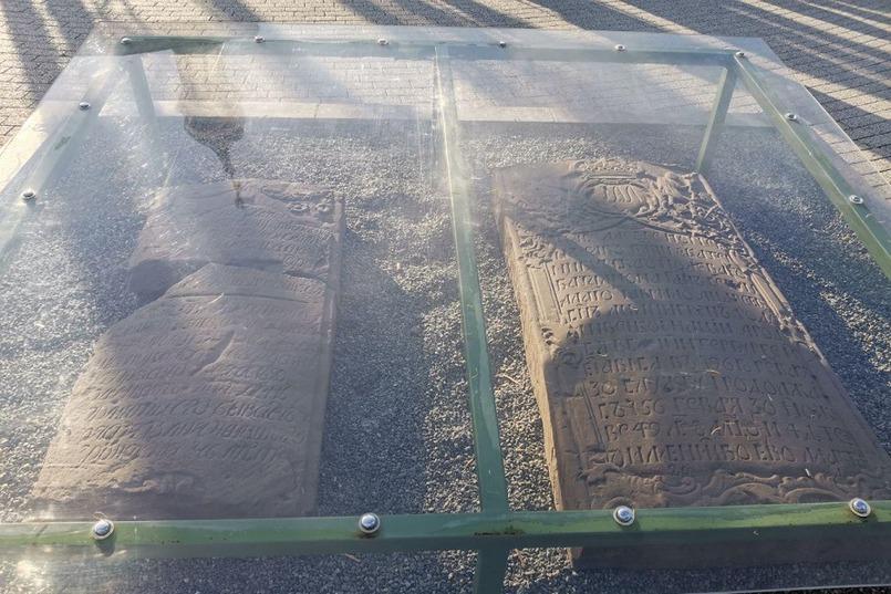 Две могильных плиты с церковно-славянской письменностью. Их нашли во время раскопок