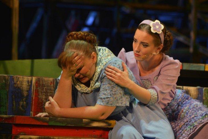 Сцена из спектакля «Любовь и голуби». Фото с сайта www.imt.irkutsk.ru