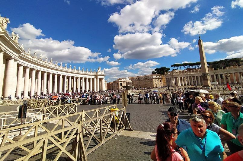 Очередь в собор Святого Петра в Ватикане. Люди стоят в +26 по 2-3 часа. Вход в собор бесплатный